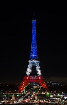 La Tour Eiffel Allumée Dans Le Drapeau Français