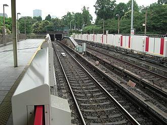 Yotsuya Station - Marunouchi Line platforms, July 2007