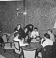 Tottenham Hotspurs in Rotterdam. De spelers leggen een kaartje, Bestanddeelnr 913-1368.jpg