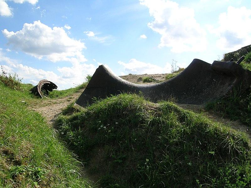Restes déchiquetés de la tourelle de 75 mm du l'fort de Vaux.