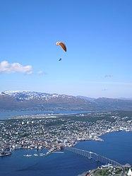 Tromsø fra Fjellheisen-Paragliding.jpg