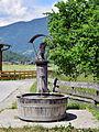 Umhausen - hölzerner Brunnen mit geschnitzter Christophorus-Figur in Östen.jpg