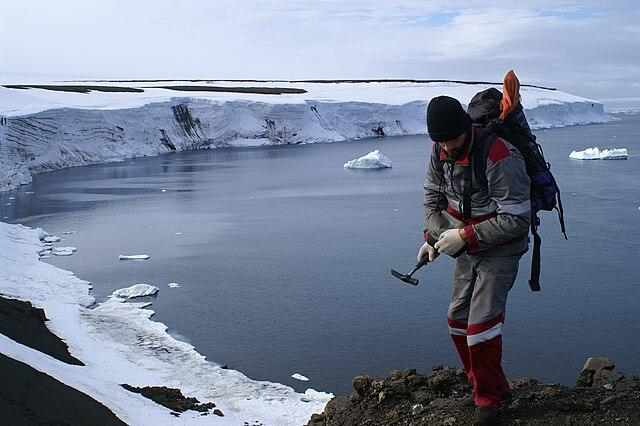 Geológ pri prieskume hornín v teréne