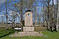 Vabadussõja mälestussammas Järva-Madise kirikuaias.jpg