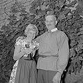 Vader Ernst Klein en Erika Klein met glas moezelwijn poseren voor een muur begro, Bestanddeelnr 254-4638.jpg