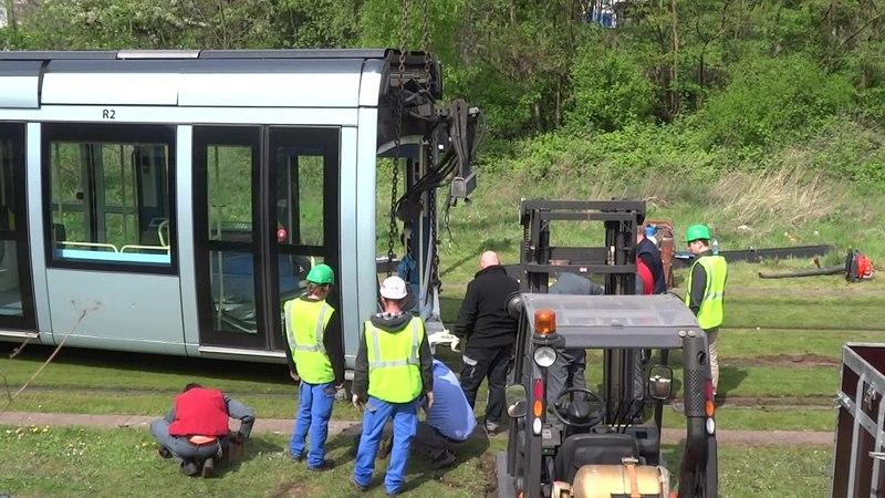 File:Valenciennes & Anzin - Déraillement de la rame de tramway n° 17 à la sortie du dépôt de Saint-Waast le 11 avril 2014 (039B).ogv