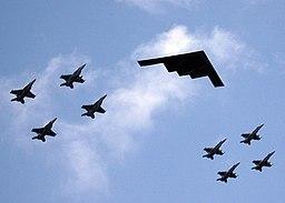 PESAWAT TEMPUR 256px-Valiant_Shield_-_B2_Stealth_bomber_from_Missouri_leads_ariel_formation