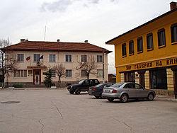 Централният площад и кметството на Виноградец