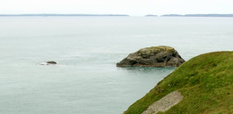 Ynys Eilun and Pont yr Eilun- left - from Ramsey Island - on the right the solpes of Ynys Cantwr.png