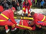 ZZS MSK, záchranáři, zajištění krční páteře a transport na scoop rámu (12).jpg