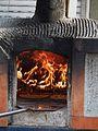Zwei Flammkuchen in einem Holzofen.JPG