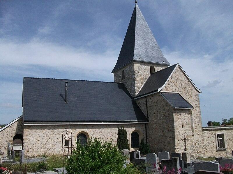 Vue de l'église de Montbré depuis le cimetière.
