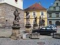 Žatec, Hošťálkovo náměstí, kostel Nanevebzetí Panny Marie, sochy (01).jpg