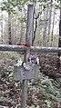 Крест со стершейся табличкой крупным планом.jpg