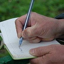 Токий предмет (ручка), зажатая в трех пальцах, позволяет выводить тонкие рисунки.JPG