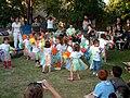 ילדים מקושטים בשקיות נילון בגן של איתמר.JPG