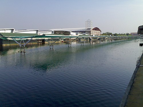 Car park of Thonburi Market on December 2, 2011 during great floods. snaamhlwng2 12-2554 - panoramio.jpg