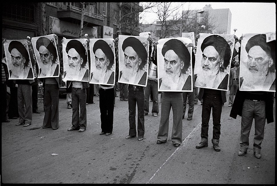 1978 Iranian revolution - row of men holding khomeini%27s photos