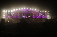 2013 Woodstock 142 duża scena nocą.jpg