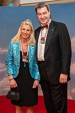Links Markus Söder als Prinzregent Luitpold von Bayern mit seiner Frau bei der Fastnacht in Franken 2018 und rechts nach seiner Wahl zum Ministerpräsidenten bei der Fastnacht in Franken 2019