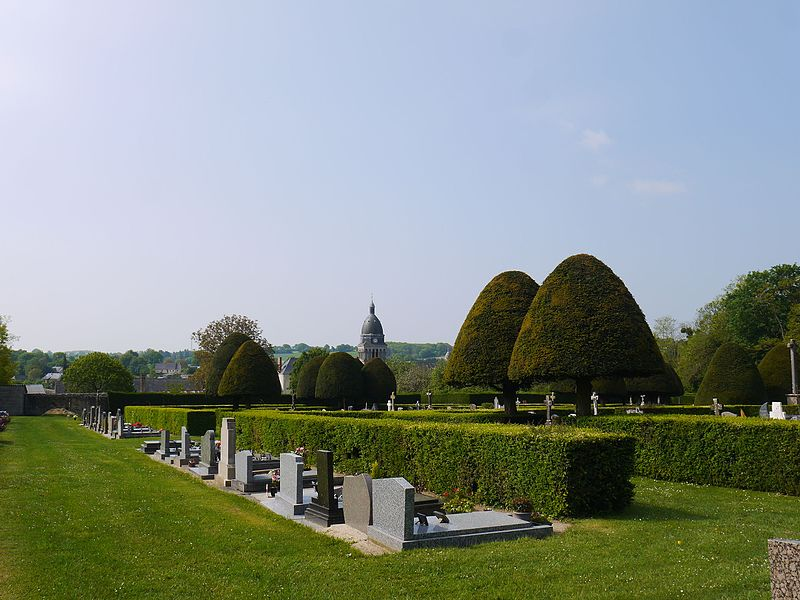 Vue globale du cimetière avec l'église en arrière-plan.