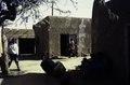ASC Leiden - van Achterberg Collection - 01 - 53 - La cour de l'hôtel Agreboun avec des murs bas en boue - Agadez, Niger, novembre 1990 - janvier 1991.tif
