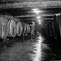 Aansluiten van een pomp en slang aan een wijnvat in de kelder van Richard Scheid, Bestanddeelnr 254-4230.jpg