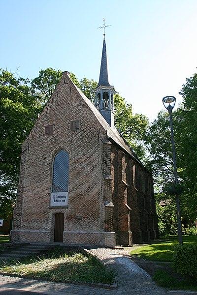 """Deze gotische kapel is toegewijd aan O.L.Vrouw van Zeven Weeën doch staat vooral bekend voor de verering van St. Antonius met zijn varken. Het juiste bouwjaar is onbekend maar een oude oorkonde uit 1475 vermeldt: Sinte Anthonys capellen gesticht opte strate van achtle"""". Mogelijk werd zij kort voordien opgericht."""