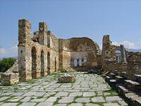 Τα ερείπια της βασιλικής του Αγίου Αχιλλείου (10ος αιώνας).