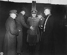 Dostler legato ad un palo prima dell'esecuzione