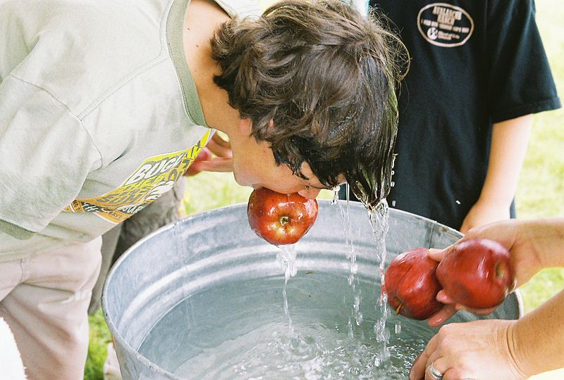 Photo By Caleb Zahnd from USA - Bobbing for apples, CC BY 2.0,