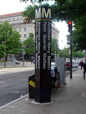 Archives station - Station entrance pylon