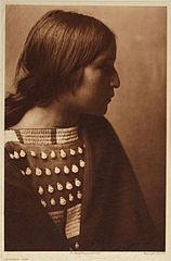 EDWARD SHERIFF CURTIS LE PHOTOGRAPHE DES AMÉRINDIENS 158px-Arikara_Girl%2C_1908