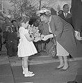 Artis 125 jaar dierentuin koningin Juliana ontvangt bloemen van dochtertje Adju, Bestanddeelnr 915-1168.jpg