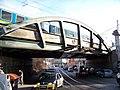Bělehradská, železniční most s vlakem.jpg
