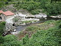 Beauvène, (Ardèche, Fr) le Talaron (à gauche) débouchant dans l'Eyrieux.JPG