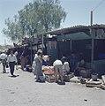 Bersjeba Markttafreel handelaar in groente en fruit met klanten bij primitieve, Bestanddeelnr 255-9378.jpg
