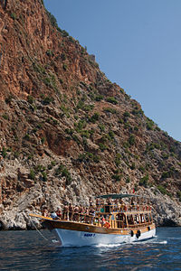 Boat cruising in Alanya Peninsula.jpg