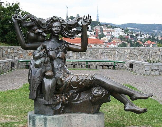 Скульптура босорки в Братиславе работы Тибора Бартфая