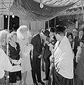Bruid en bruidegom staan onder de Choepa terwijl de bruidegom wordt geholpen met, Bestanddeelnr 255-1999.jpg