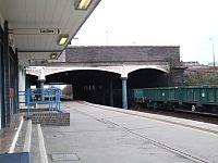 Burton upon Trent railway station platform in 2006.jpg