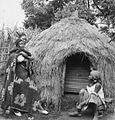 COLLECTIE TROPENMUSEUM Twee Hausa vrouwen met kind voor een hut TMnr 20012971.jpg