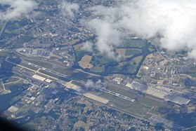 CRL AIRPORT FROM FLIGHT DUS-CDG A320 AIR FRANCE F-GFKY (14544559166).jpg