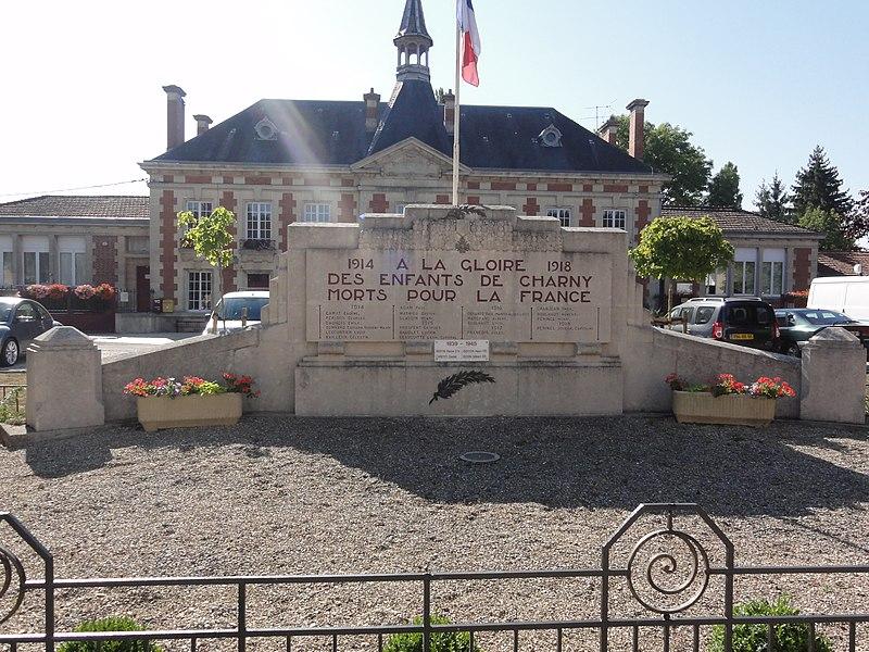 Charny-sur-Meuse (Meuse) monument aux morts devant la mairie
