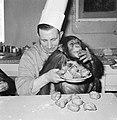 Chimpansees Tilly en Hilda uit Artis eten oliebollen, ee van de chimpansees met , Bestanddeelnr 918-6179.jpg