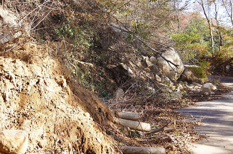 File:Collapsed road wall at Mt. Kaba - panoramio.jpg