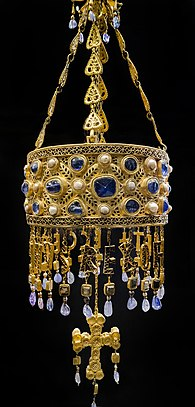 Votive crown of Reccesuinth from the Treasure of Guarrazar Corona de (29049230050).jpg
