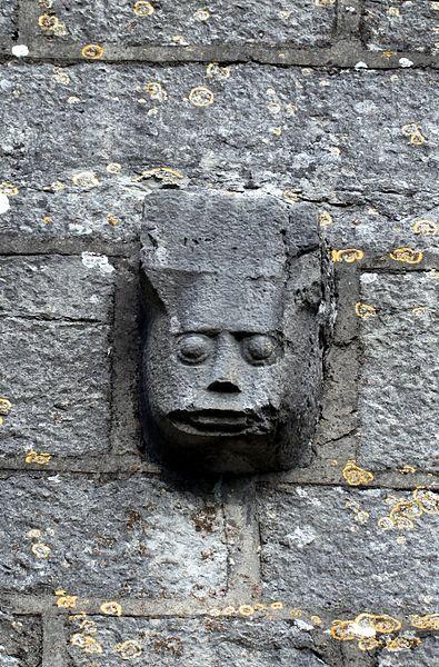 Détail sur la façade de l'église de Mont-sur-Lison à Courcelles-les-Quingey (Doubs).