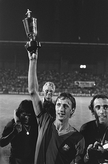 Johan Cruyff scored once in the 1975 tournament for Barcelona. Cruijff met de beker van de derde prijs, Bestanddeelnr 928-0928.jpg
