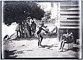 De jonge bosneger Alexander danst op harmonicamuziek van Pate in het dorp Poeloegoedoe.jpg